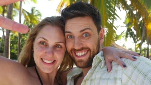 ビーチで楽しんで幸せなカップルの肖像画 - ドミニカ共和国点の映像素材/bロール