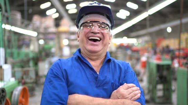 porträt eines glücklichen ingenieurs in der industrie - manufacturing occupation stock-videos und b-roll-filmmaterial