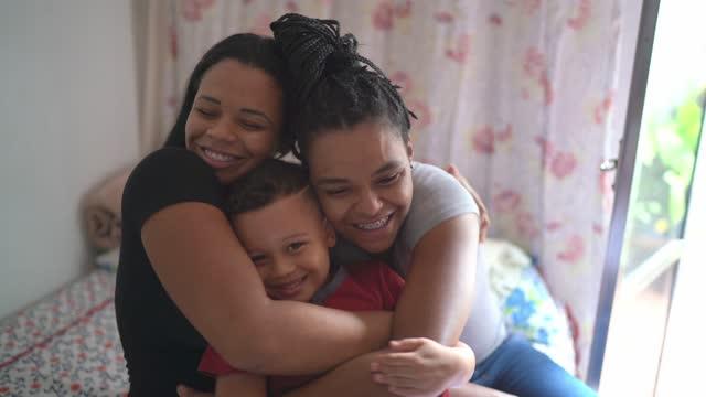 vídeos y material grabado en eventos de stock de retrato de una familia feliz en casa - orgullo