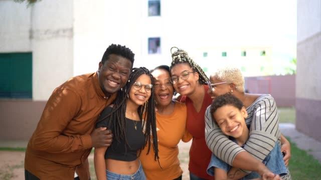 vídeos de stock, filmes e b-roll de retrato de uma família feliz abraçando - simplicidade
