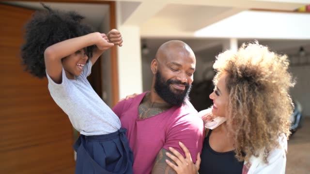 vídeos de stock, filmes e b-roll de retrato de uma família feliz na frente de sua casa - vista frontal
