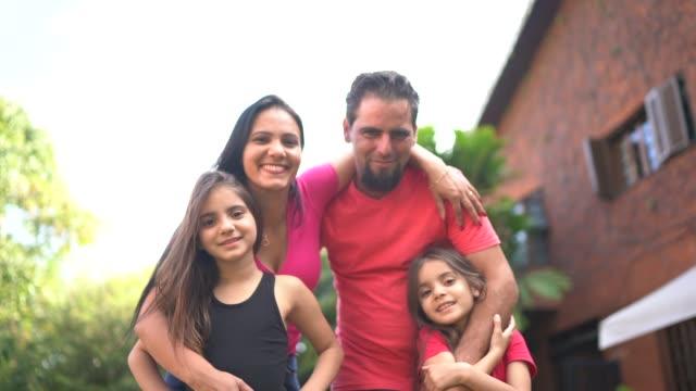 vídeos de stock, filmes e b-roll de retrato de uma família feliz no quintal - família de duas gerações
