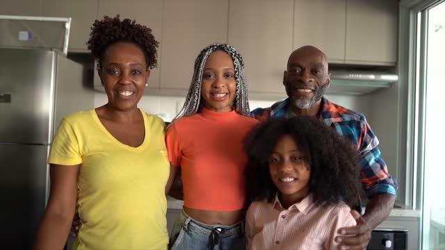 vídeos de stock, filmes e b-roll de retrato de uma família feliz juntos em casa - dois genitores