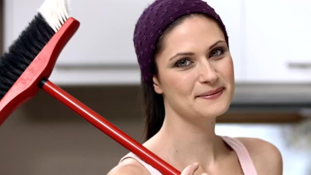 stockvideo's en b-roll-footage met hd dolly: portrait of a happy housecleaner - beschermende handschoen
