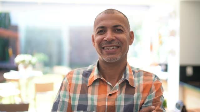 家に立つ幸せな男の肖像 - 完全に禿げている頭点の映像素材/bロール