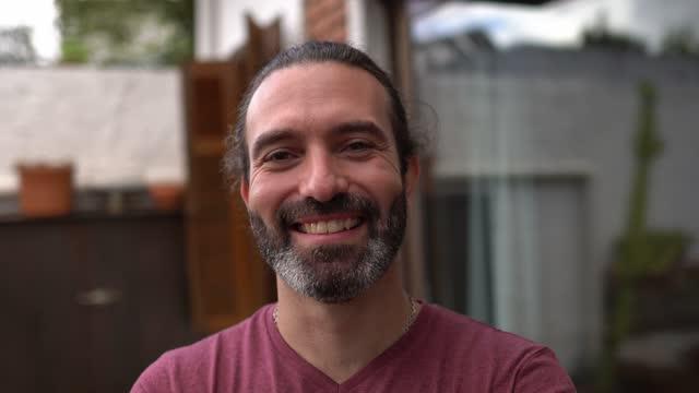 vídeos y material grabado en eventos de stock de retrato de un hombre adulto medio feliz - un solo hombre de mediana edad