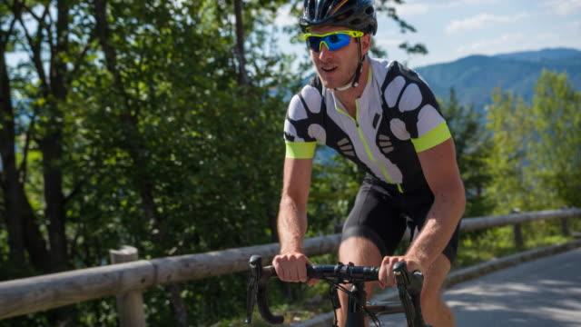 vídeos y material grabado en eventos de stock de retrato de un ciclista feliz camino - triatlón