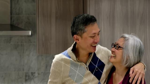 vídeos de stock, filmes e b-roll de retrato de um par chinês sênior feliz - craft