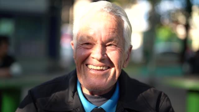 vídeos de stock e filmes b-roll de portrait of a happy senior man looking at the camera - cultura sul americana