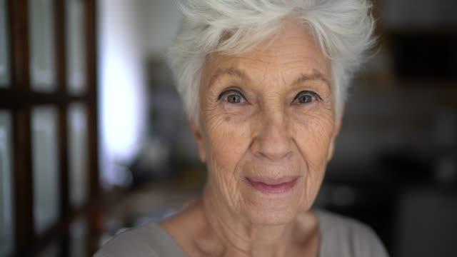 vidéos et rushes de verticale d'une femme âgée heureuse à la maison - grand mère