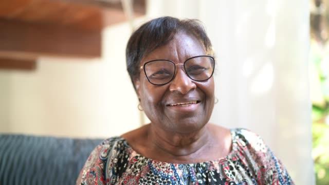 vidéos et rushes de verticale d'une femme âgée heureuse restant à la maison - senior dynamique