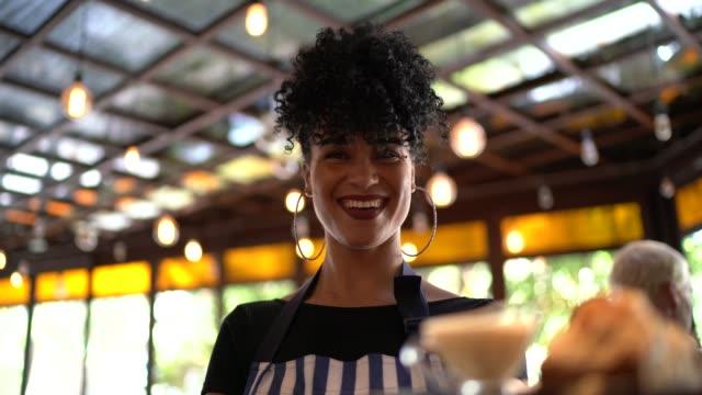 vídeos de stock, filmes e b-roll de retrato de um alimento novo feliz do serviço da empregada de mesa - garçom