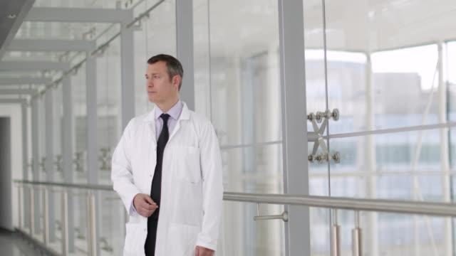 vidéos et rushes de portrait of a healthcare professional in a modern hospital - couloir
