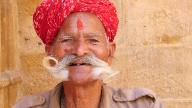 porträtt av en indisk senior man - tradition bildbanksvideor och videomaterial från bakom kulisserna