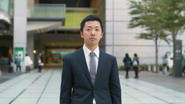 portrait of a japanese businessman - oberkörperaufnahme stock-videos und b-roll-filmmaterial