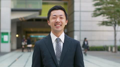 vidéos et rushes de portrait of a japanese businessman - tenue soignée
