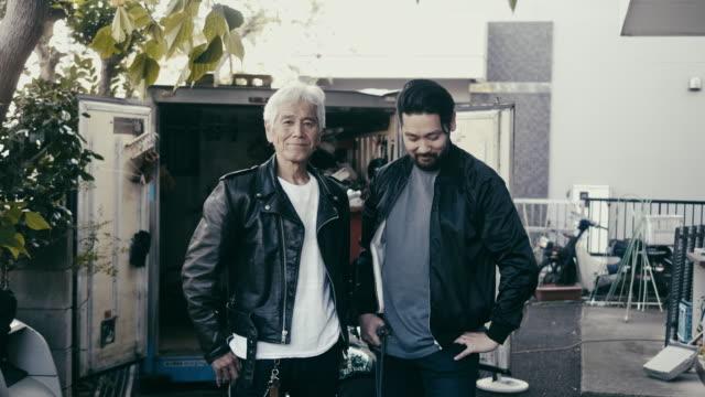 日本の家族の肖像 - 父と息子 - looking at camera点の映像素材/bロール