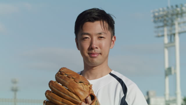 portrait of a japanese man wearing a baseball outfit - 努力点の映像素材/bロール