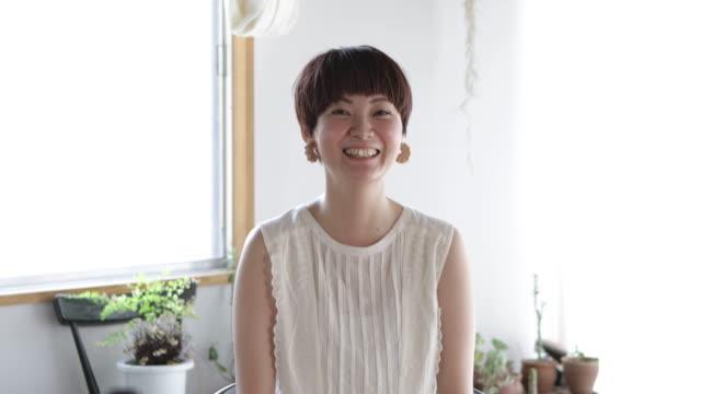 日本人女性の肖像。 - looking at camera点の映像素材/bロール