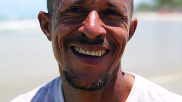 vídeos de stock e filmes b-roll de portrait of a latin adult man on the beach - pardo brasileiro