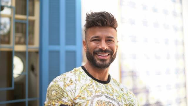 家の外のラテン系幸せな男の肖像 - ゲイ点の映像素材/bロール