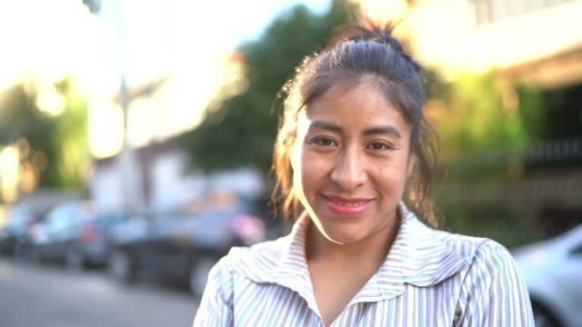 vídeos de stock, filmes e b-roll de retrato de uma mulher latin na rua - vida urbana