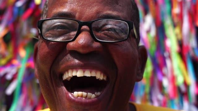 vídeos y material grabado en eventos de stock de retrato de un hombre latino sonriendo - bahía