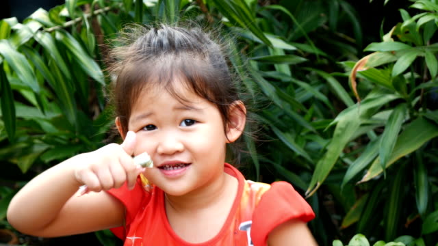 Porträt von einem Lachen kleines Mädchen, lächelnd Kind