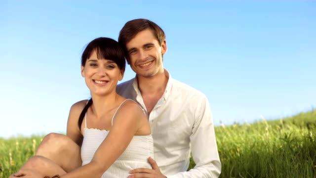 vidéos et rushes de hd ralenti: portrait d'un couple amoureux dans prairie - jeune d'esprit