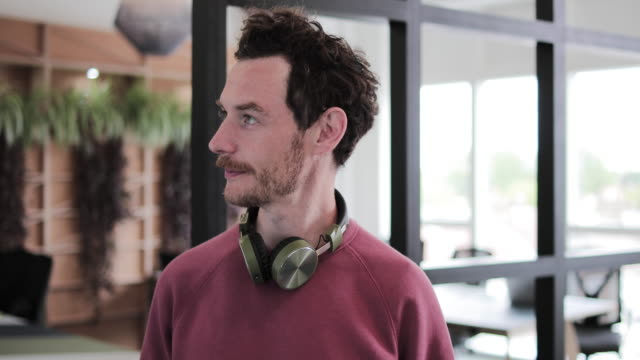 vidéos et rushes de portrait of a male freelancer in a coworking space - espace texte