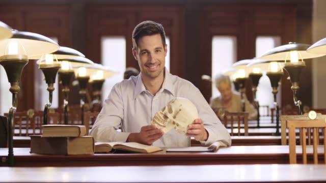 DS Retrato de um estudante de medicina masculino estudar na biblioteca
