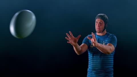 ボールをキャッチする男性ラグビー選手のslo mo肖像画 - スポーツ ラグビー点の映像素材/bロール