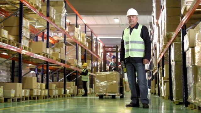 porträt eines männlichen leitender mitarbeiter warehouse - full length stock-videos und b-roll-filmmaterial