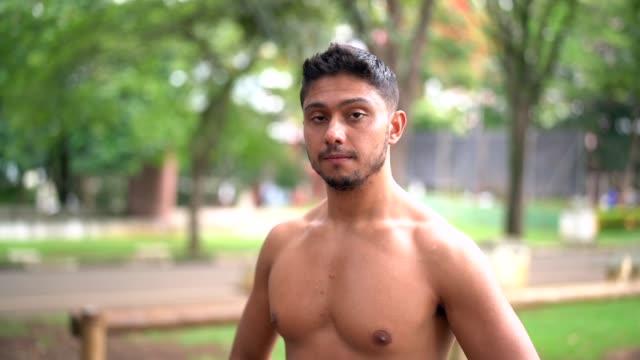 vídeos de stock, filmes e b-roll de retrato de um homem após o exercício no parque - brasileiro pardo