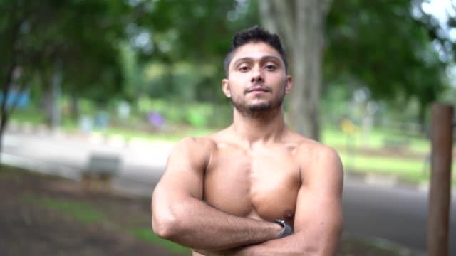 公園で運動した後の男のポートレート - 胸筋点の映像素材/bロール