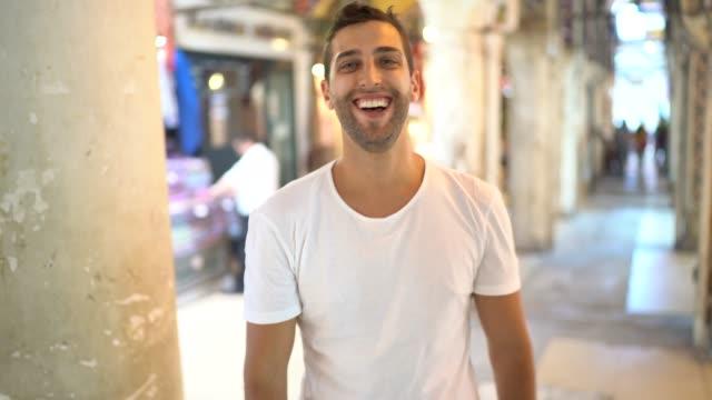 ritratto di uomo al grand bazar, istambul, turchia - bazar delle spezie video stock e b–roll