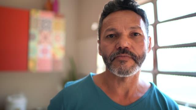 vídeos de stock, filmes e b-roll de retrato de um homem em casa - sério