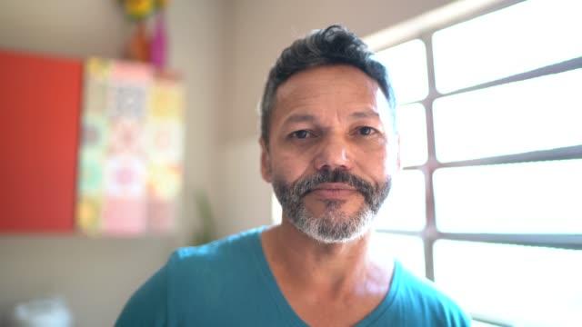 vídeos de stock e filmes b-roll de portrait of a man at home - homens adultos