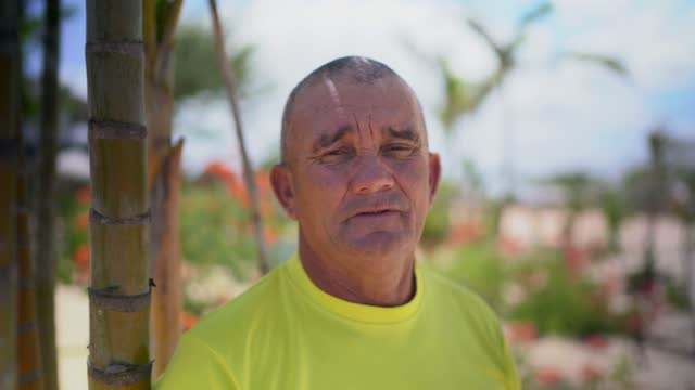 vídeos de stock, filmes e b-roll de retrato de um homem na praia - só um homem maduro
