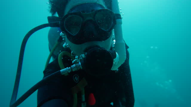 vídeos de stock e filmes b-roll de portrait of a man diving under water - aqualung diving equipment