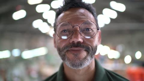 porträtt av en man i en fabrik - framgång bildbanksvideor och videomaterial från bakom kulisserna