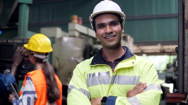 porträt eines mannes in einer fabrik - maschinenbau stock-videos und b-roll-filmmaterial