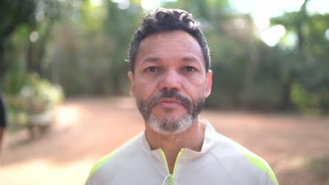 porträtt av en man i en park - 50 54 år bildbanksvideor och videomaterial från bakom kulisserna