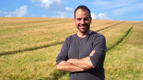 vídeos y material grabado en eventos de stock de retrato de un hombre en un campo de trigo - campesino