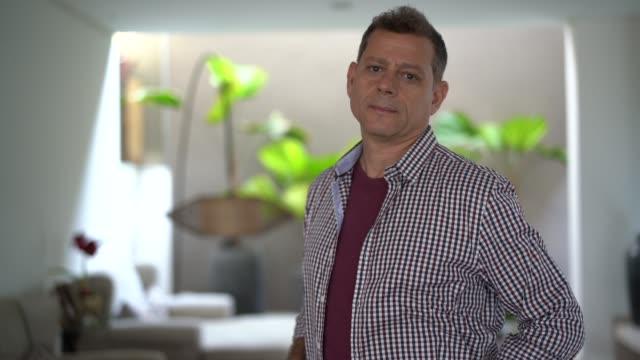 vídeos de stock, filmes e b-roll de retrato de um homem em sua casa - brasileiro pardo