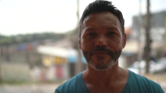vidéos et rushes de verticale d'un homme dans la rue - visage sans expression