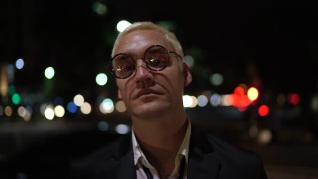 porträt eines mannes im freien in der nacht - uncool stock-videos und b-roll-filmmaterial