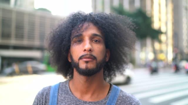 大通りに立つ男の肖像 - 中心点の映像素材/bロール