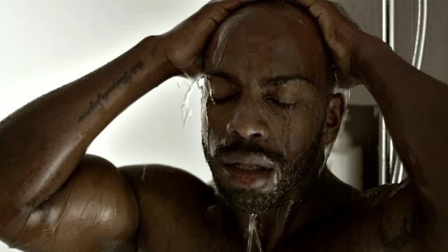 vídeos de stock e filmes b-roll de cu retrato de um homem tendo chuveiro - homem tomando banho