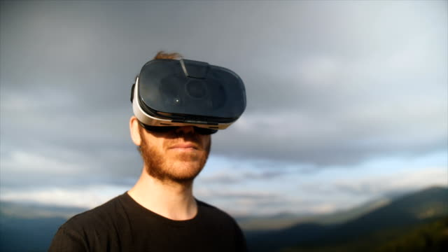 vídeos y material grabado en eventos de stock de portrait of a man using virtual reality headset - realidad virtual